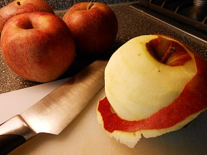 Apple pie: Peel the apples kipkitchen.com #ApplePie #recipe #desserts