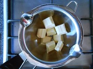 "Easy Muffin Recipe with Mango-Melt white chocolate ""au bain marie""   kipkitchen.com #muffin #mango #recipe"