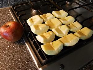 Apple pie: Align the apples kipkitchen.com #ApplePie #recipe #desserts