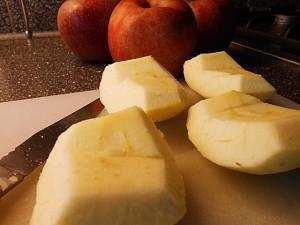 Apple pie: Cut the apples kipkitchen.com #ApplePie #recipe #desserts